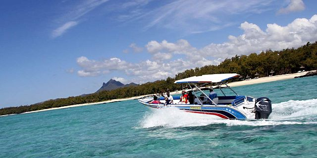 speed-boat-ile-aux-cerfs (2)