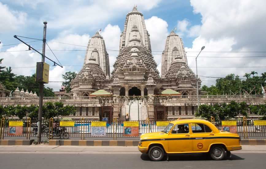 12640916 - view of birla mandir and a taxi passing by in calcutta, india